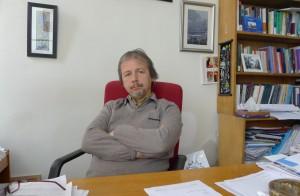 """Prof. İlhan Uzgel Türkiye'nin önde gelen uluslararası ilişkiler hocalarından. Ankara Üniversitesi, Siyasal Bilgiler Fakültesi, Uluslararası İlişkiler Bölümü Başkanlığını yürütüyor. Siyasal Bilgiler Fakültesi'nde Uluslararası İlişkiler Kuramları, Balkanlar, ABD Dış Politikası ve Türkiye Dış Politikası üzerine dersler veriyor. """"Dış Politika ve Ulusal Çıkar"""" kitabının yazarı ve """"Türkiye'nin Komşuları"""" ve """"AKP Kitabı: Bir Dönüşümün Bilançosu"""" başlıklı kitapların derleyenlerinden. """"Türk Dış Politikası Yazımında Siyaset, Ayrışma ve Dönüşüm"""", """"Ordu ve Dış Politika"""", """"Türk Dış Politikasında 'Sivilleşme' ve Demokratikleşme Sorunları: Körfez Savaşı Örneği"""" ve """"Yeni Orta Doğu: Yeni Orta Doğu'da Oyun Kuruculuktan, Dışlanan Türkiye'ye"""" makaleleri ve Milliyet, Radikal, BirGün ve Al Jazeera gibi günlük gazete ve internet sitelerinde yayınlanmış yazıları var."""