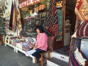 Galeri İbrahimi'in sahibi Melek Hanım uzun yıllardır Bodrum merkezde esnaf.