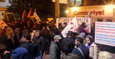 Gözaltılardan sonra Cumhuriyet gazetesi önündeki bekleyiş 24 saat devam ediyor. (Fotoğraf: HaberVs)